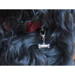 Schmuck Anhänger Charm  Knochen mit Karabinerhaken Beispiel am Halsband