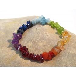 Chakra Edelsteinsplitter-Armband in sieben Farben auf Steinplatte